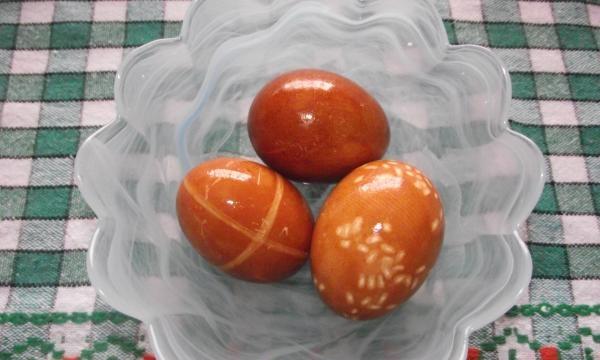 Pintura original de ovos de Páscoa com corantes naturais