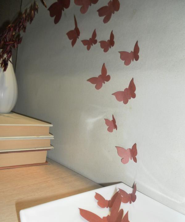 atașați fluturii de perete