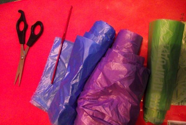 3 saci de gunoi în culori diferite