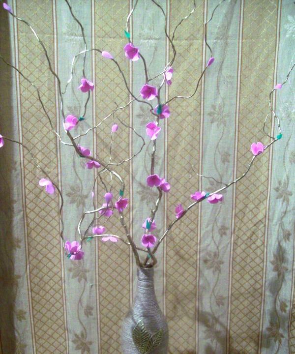 Wazon z kwiatami na gałęzi