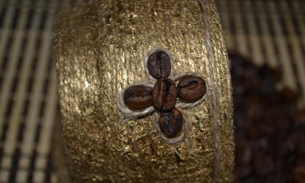 ozdobić kwiat sznurka i kawy