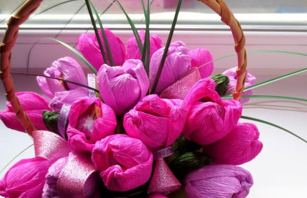 Mand med blomster fra slik