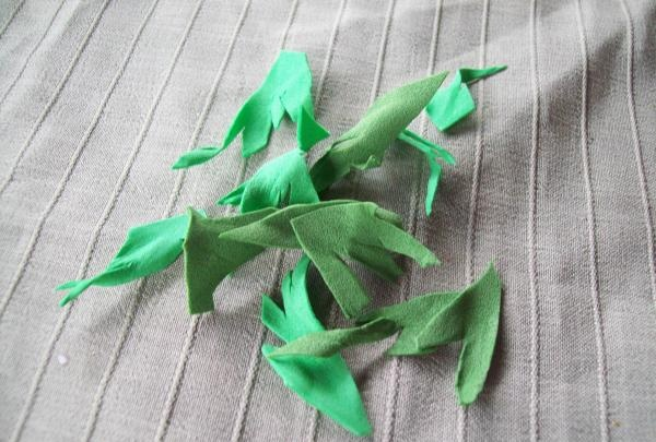 cắt lá từ da lộn màu xanh lá cây