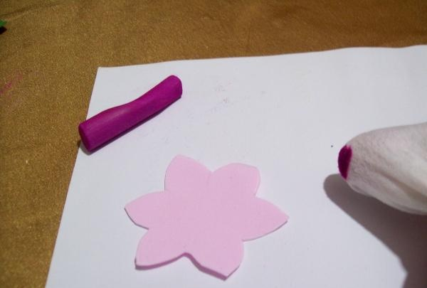 Tag en lyserød foamiran