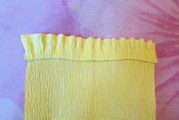 en buket påskeliljer fra bølgepapir
