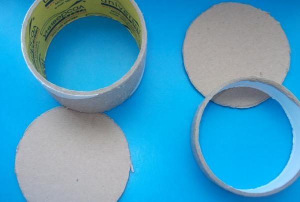 Schachteln mit Spulen aus Klebeband