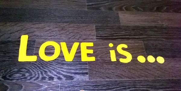 Perna decorativa Love is