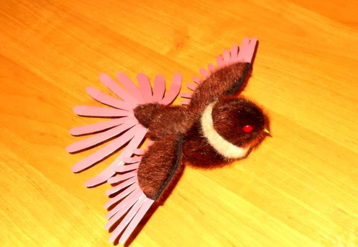Pássaro de brinquedo vermelho maravilhoso com ela