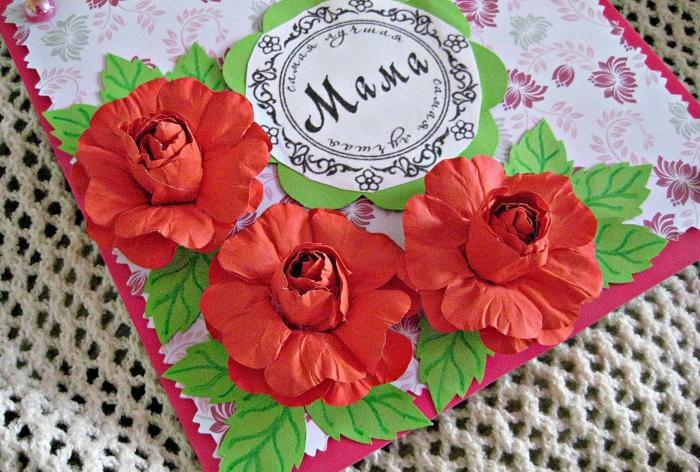 Поздравителна картичка за мама, използваща техника на скрапбукинг.