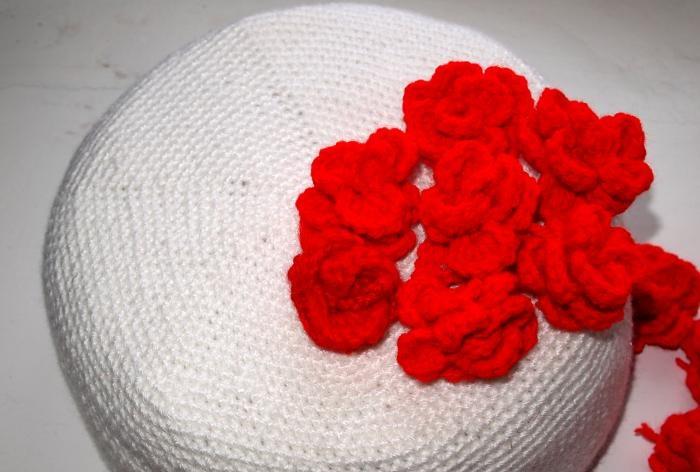 Szydełkowane trójwarstwowe ciasto z różami