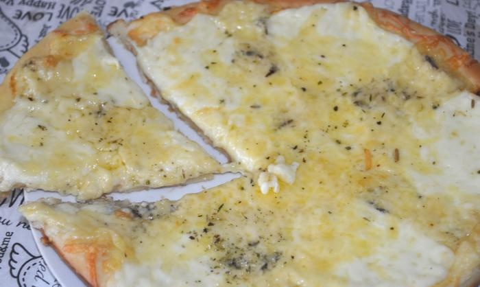 Como fazer pizza de quatro queijos