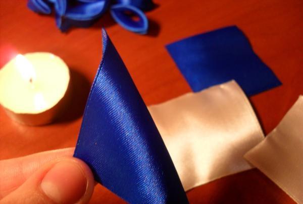 panglică albastră pe jumătate
