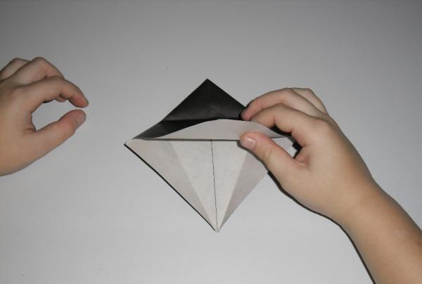 pliați marginile hârtiei spre interior