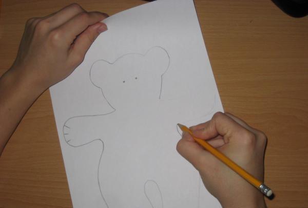 desenați cu un creion simplu