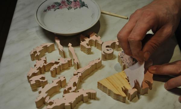 îndepărtarea hârtiei din piese din lemn