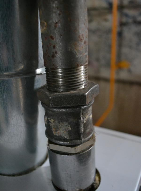 montați conducte metalice