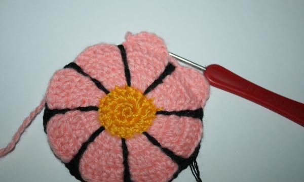 tricotează al treilea rând de fir roz