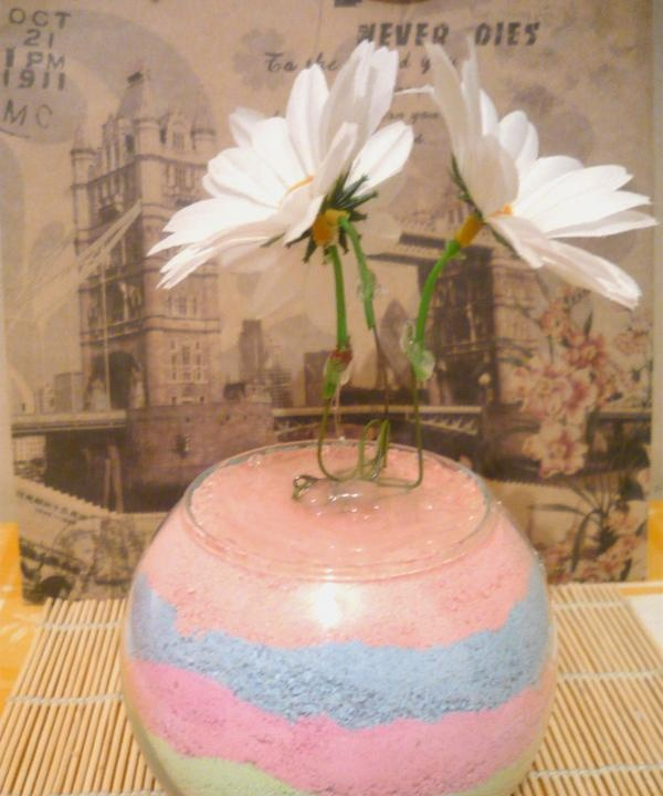 compoziție de sare colorată și flori