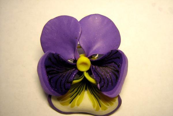 darydamas gėlių žiedą