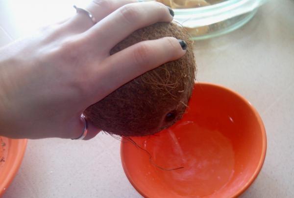scurgeți laptele de nucă de cocos