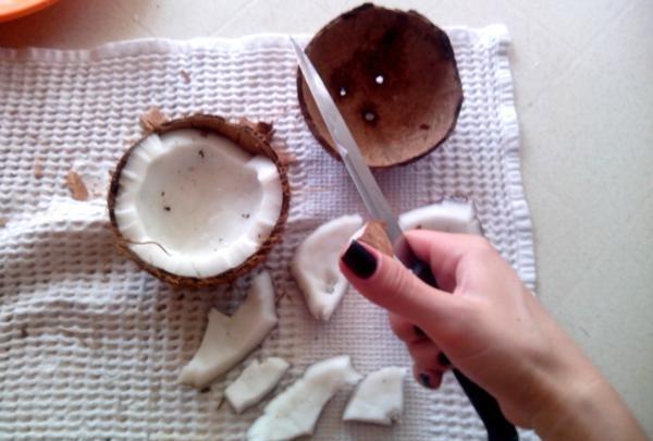 tăiați carnea unei nucă de cocos cu un cuțit