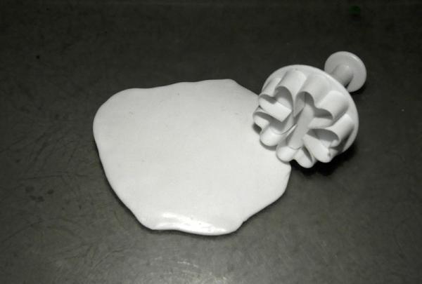 o bucată de argilă polimerică albă
