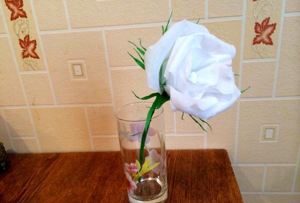 Trandafir de hârtie ondulată