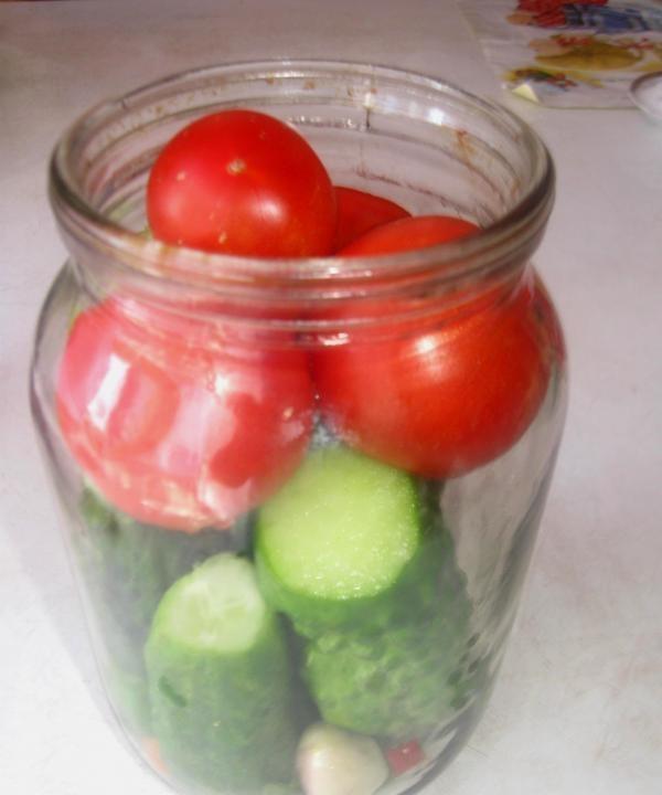 domates ile konserve salatalık