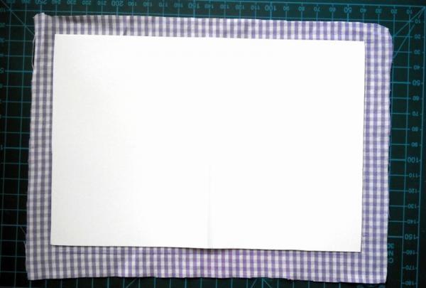 Aplicați un strat subțire de lipici pe carton