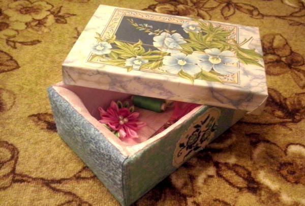 cutie de materiale improvizate