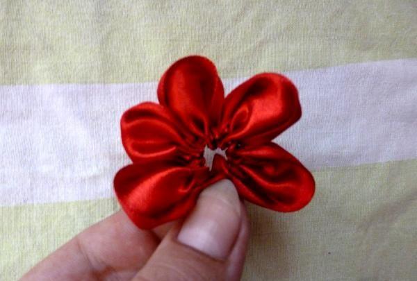 kéo ruy băng thành một bông hoa