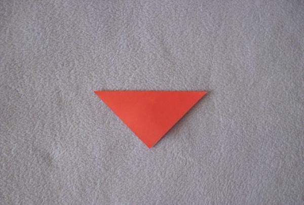 Îl pliați pe jumătate în diagonală