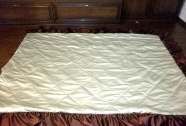 พับด้านบนของผ้าคลุมเตียง