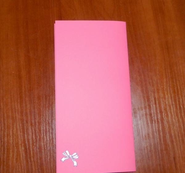 lim et klistermærke i form af en bue