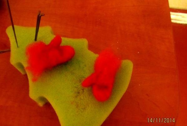ทำถุงมือขนสัตว์สีแดง