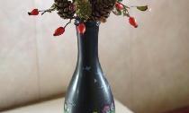 แจกันจากขวดที่มีฤดูใบไม้ร่วง ikebana