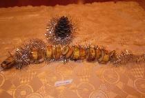 Yeni yıl için oda ve masayı dekore eden yılanlar