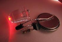 sama dioda LED włącza się w ciemności