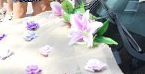 Διακόσμηση για ένα γαμήλιο αυτοκίνητο από τριαντάφυλλα