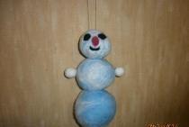 Om de zăpadă din lână din feltru
