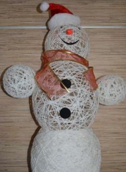 Снежен човек, изработен от конец