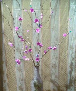 Vază cu flori pe o ramură