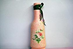 Decoration of a glass bottle of eggshell.