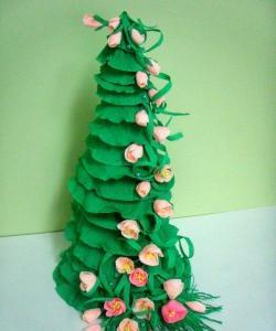 Arbore de Crăciun din hârtie ondulată