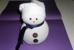 Снежен човек, направен от чорап и ориз