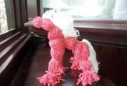 Cavalo vermelho feito de fios (toy-motanka)