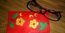 Coaseam o cutie pentru ochelari din pâslă