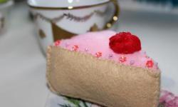 Um pedaço de bolo de feltro