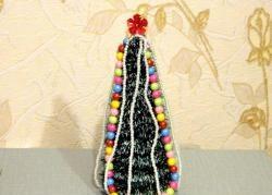 Kalėdų eglutė, pagaminta iš alavo ir papuošalų