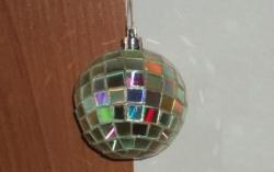 Master class pentru crearea unei jucării de Anul Nou, o minge de pe CD-uri.